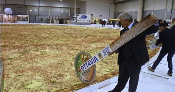 http://www.aljalawi.net/wp-content/uploads/2012/12/worlds-largest-pizza-2.jpg