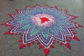 صور : فن الرسم بالألوان الرملية في الشوارع