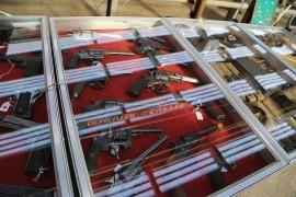 صور : معرض عام للأسلحة والذخيرة الحية في بلجيكا