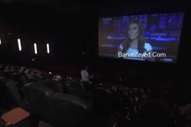 فيديو : نشرة الأخبار تقطع فيلم في السينما والمذيعة تفاجئ الجمهور