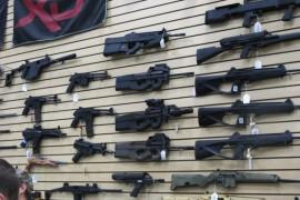 صور وعنوان : محل اسلحة في امريكا يتيح لك تجربة أي سلاح بخاطرك