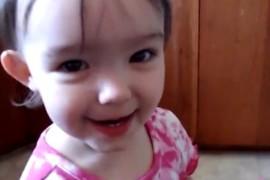 فيديو مضحك : اب يطلب من بنته أن تقول : Banana