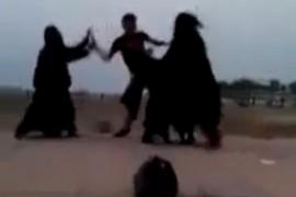 فيديو : فتيات يضربن شاب تحرش بهن في جدة