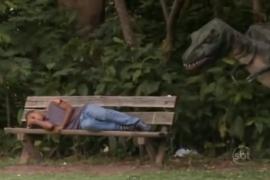 فيديو : مقلب الديناصور الهارب في الحديقة !