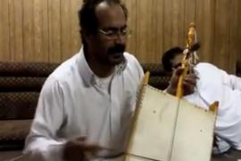 فيديو : محترف يجر الربابة بشكل مضحك .. عزف رائع !