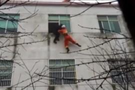 فيديو : إنقاذ سيدة حاولت الإنتحار من شباك المنزل