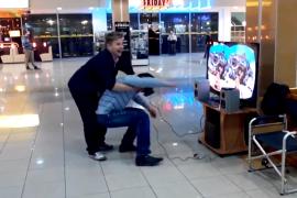 فيديو مضحك : شاب يفقد صوابه بعد تجربة نظارات محاكاة الواقع