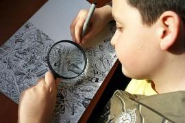 صور : طفل صربي يرسم الحيوانات بدقة عالية مستخدماً عدسة مكبرة