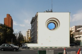 صور : رسام ايراني يحول حوائط طهران إلى لوحات فنية