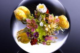 صور : تحف زجاجية تحتوي على أزهار ونحل كأنها حقيقية