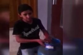 فيديو : طفل لبناني يعمل في تبديل الغاز يفاجئ الناس بصوته العذب في تلاوة القرآن الكريم