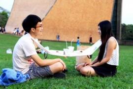 صور / فيديو : طاولة المدنيل .. علقها على رقبتك ورقبة صديقك وتناول الطعام !