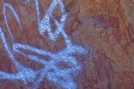 فيديو : مخربون يدمرون رسوما صخرية تعود لعصور ما قبل التاريخ