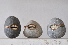 صور : فنان ياباني يحول الصخور إلى تحف فنية غريبة