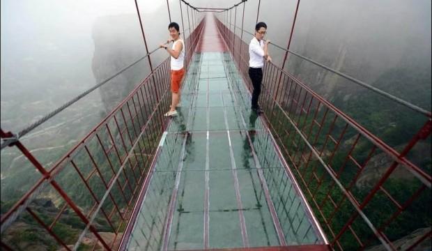لعشاق المغامرة : جسر زجاجي معلق على ارتفاع 180 متر !