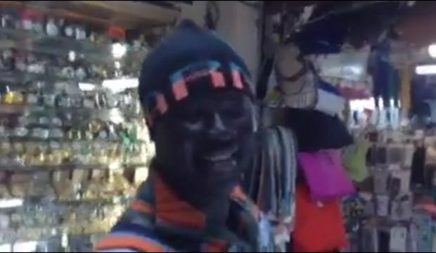 فيديو : شاب افريقي يغني هندي بصوت رجل وامرأة