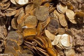 صور / فيديو : غواصون يعثرون على كنز من الذهب يرجع إلى الدولة الفاطمية