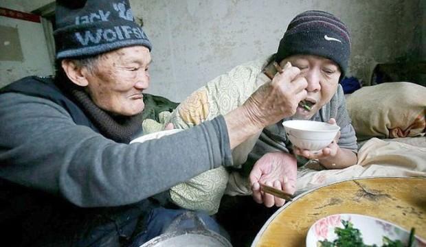 صور : صيني يبلغ من العمر 95 عام يعتني بإبنه المشلول ذو 65 عام